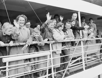 Migrants arriving in Australia, 1954