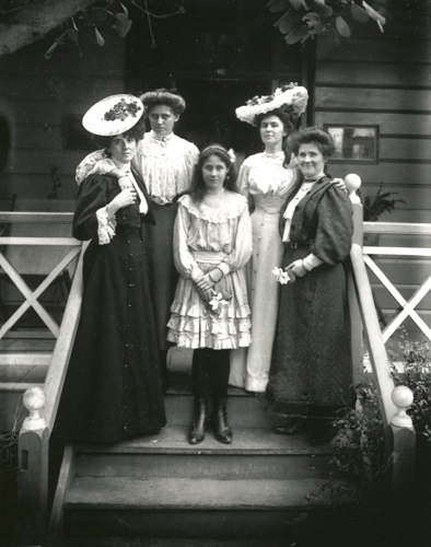 Large hats and long, flowing dresses were the fashion for women in the 1900s